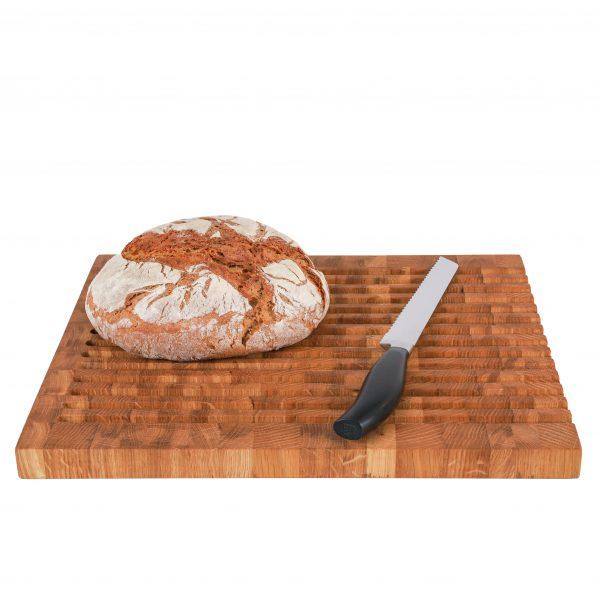 Brotschneidebrett Stirnholz mit Brot und Messer