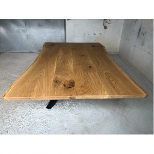 rustikaler Holztisch mit Baumkante